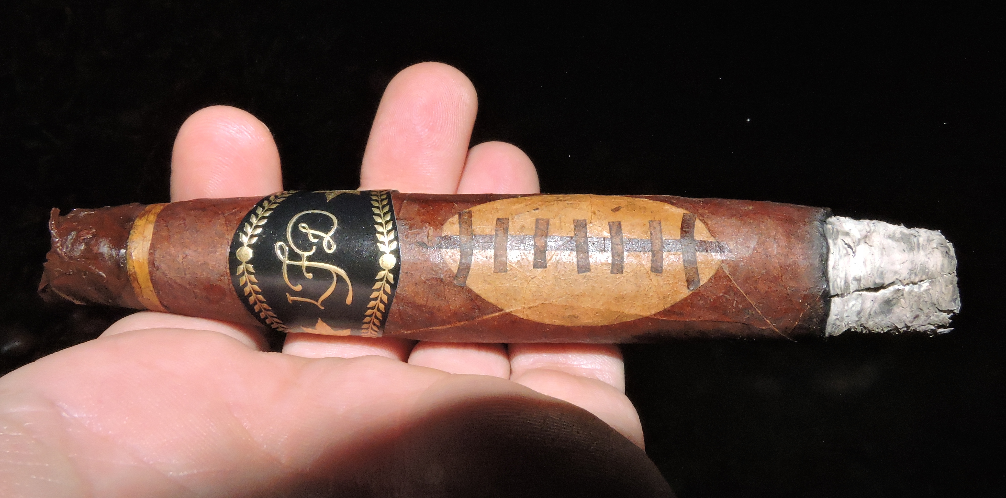 La_Flor_Dominicana_Special_Football_Edition_2016-Burn
